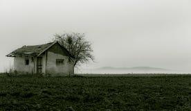 Покинутый дом в поле Стоковые Изображения RF