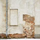 Покинутый дом grunge, треснутая стена штукатурки кирпича Стоковая Фотография RF