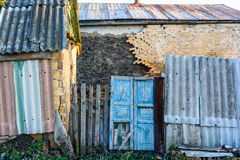 Покинутый деревенский дом с поврежденными стеной и дверью Стоковые Изображения RF