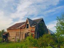 Покинутый деревянный амбар на ферме Стоковые Фотографии RF