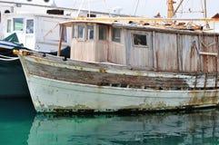 Покинутый деревянный корабль рыбной ловли на порте Стоковая Фотография RF
