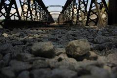 Покинутый железнодорожный мост на солнечный день Стоковые Фотографии RF