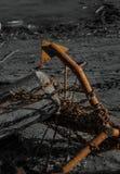 Покинутый заржаветый анкер с томбуем стоковое фото rf