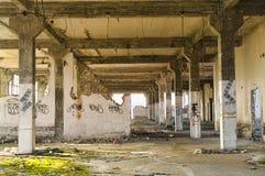 Покинутый интерьер промышленного здания Стоковое фото RF