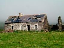 Покинутый и загубленный ирландский каменный коттедж стоковое изображение