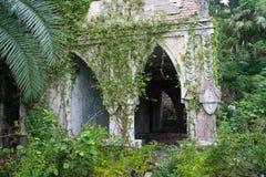 Покинутый и перерастанный особняк в восточном стиле Концепция сказа 1001 ноча Стоковые Изображения RF