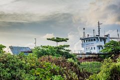Покинутый корабль на том основании на тропическом острове Maamigili Стоковые Фото