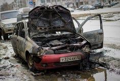 покинутый, котор сгорели автомобиль вне Стоковые Фотографии RF