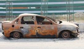 покинутый, котор сгорели вне разрушенный автомобиль стоковая фотография rf
