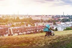 Покинутый младенец в прогулочной коляске в огромном городе стоковое фото rf