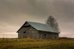 Покинутый дом амбара на полях осени Стоковое Изображение