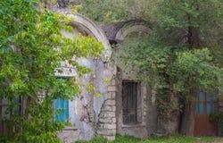 Покинутый дом в трущобе пригорода Стоковое Фото