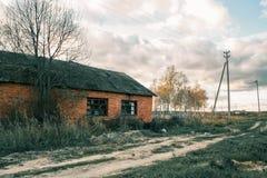 Покинутый дом кирпича, русское захолустье Стоковые Изображения