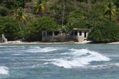 Покинутый дом на пляже Стоковые Изображения