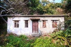Покинутый дом с overgrown деревьями, Hong Hong Стоковые Фото