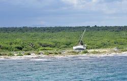 Покинутый парусник на мексиканском побережье стоковое изображение