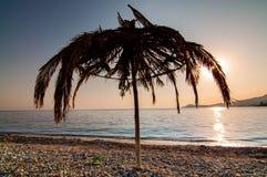 Покинутый покрыванный соломой зонтик пляжа Стоковые Фотографии RF