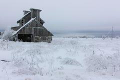 Покинутый преследовать дом сделанный от древесины на праздник хеллоуина в зиме Стоковые Фото