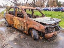 Покинутый разрушенный, который сгорели автомобиль на улице Стоковая Фотография RF