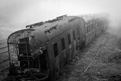 Покинутый ржавея поезд сфотографировал в туманном дне в деревне Paranapiacaba, Сан-Паулу, Бразилии Стоковые Изображения RF