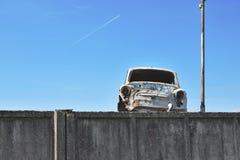 Покинутый ржавый винтажный автомобиль стоковая фотография rf