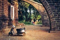 Покинутый самокат в улице индийского города Стоковые Изображения