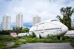 Покинутый самолет, старый, который разбили самолет с, плоский турист развалины на Стоковые Изображения