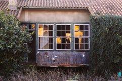 Покинутый сломанный дом Windows и дверь Стоковое Фото