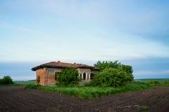 Покинутый старый деревенский дом в середине поля Стоковые Фото