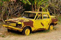 Покинутый старый желтый автомобиль Стоковая Фотография