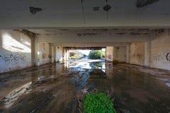 покинутый строить промышленный Разрушенный интерьер стоковое фото rf