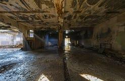 покинутый строить промышленный Разрушенный интерьер стоковые изображения rf