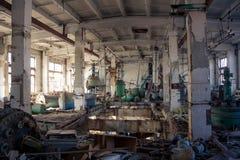 Покинутый химический завод витамина фармации с остатками o Стоковое фото RF