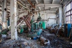 Покинутый химический завод витамина фармации с остатками оборудования Стоковые Изображения RF