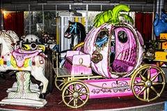Покинутый carousel фантазии в более старой спортивной площадке Стоковое Изображение RF