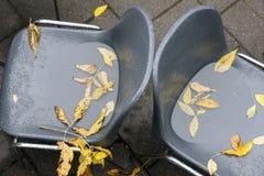 2 покинутых стуль кафа на падении Стоковая Фотография