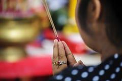 Поклонение ладаном буддиста стоковое изображение rf
