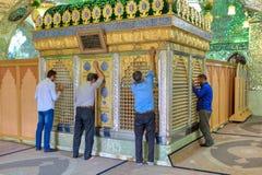 Поклонение мусульман усыпальницы Seyed Alaedin Hossein, Шираза, Ирана стоковое изображение rf