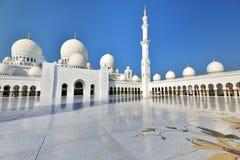 Поклонение на шейхе Zayed Грандиозн Мечети стоковая фотография rf