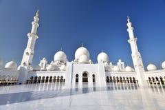 Поклонение на шейхе Zayed Грандиозн Мечети стоковые фотографии rf