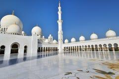 Поклонение на шейхе Zayed Грандиозн Мечети стоковое фото rf