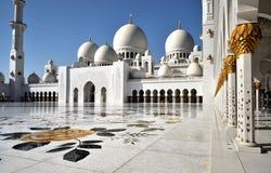 Поклонение на шейхе Zayed Грандиозн Мечети стоковые фото