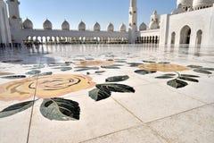 Поклонение на шейхе Zayed Грандиозн Мечети стоковое изображение rf