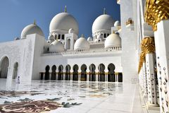 Поклонение на шейхе Zayed Грандиозн Мечети стоковое изображение