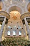 Поклонение на шейхе Zayed Грандиозн Мечети стоковая фотография