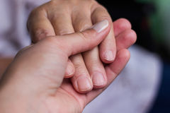2 поколения держа руки Стоковые Изображения