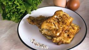 Поколоченные рыбы зажарили на белой плите с салатом и солью и травами de Провансалью стоковое фото