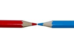 2 покрасили карандаши, красный и синь, указывая на подсказку одина другого к Стоковое фото RF