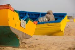 2 покрасили рыбацкие лодки на пляже Sidi Kaouki Стоковое фото RF