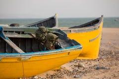2 покрасили рыбацкие лодки на пляже Sidi Kaouki Стоковые Изображения RF